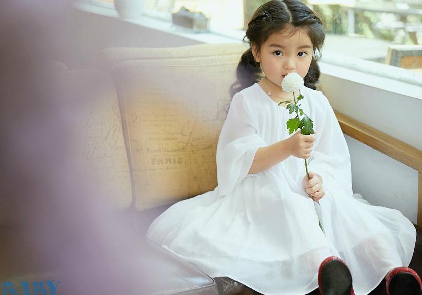 阿拉蕾登杂志封面 阿拉蕾穿白裙扮仙女美又萌