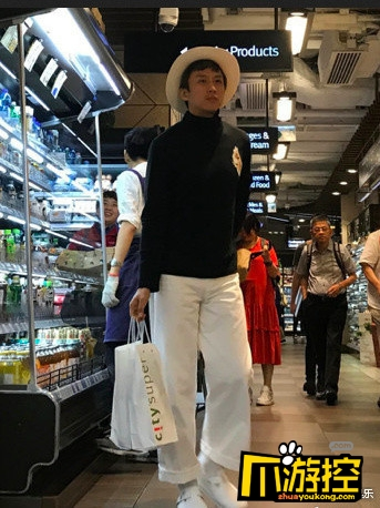 網友偶遇鄧超孫儷鄧超全程乖巧 網友:私服畫風有點迷