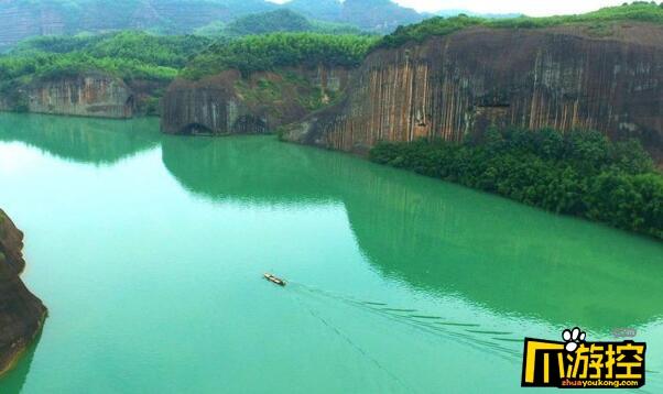 湖南郴州飞天山惊现千年悬棺 离水面近百米距