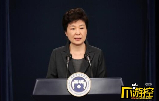 """韩""""闺蜜干政""""事件持续发酵 检方突袭三星首尔办公室   资料图:当地时间2016年11月4日,韩国,电视在直播总统朴槿惠讲话。韩国总统朴槿惠当天发表电视直播讲话,就好友崔顺实""""幕后干政""""事件再次表达立场。。图片来源:视觉中国   但三星方面回应称,相关报道与事实不符,三星方面没有接受Widec体育的相关要求。三星还否认了部分媒体有关三星向郑某提供价值达10亿韩元赛马的报道。   连日来,朴槿惠亲信崔顺实幕后干政一事在韩国引起轩然大波。随着""""崔顺"""