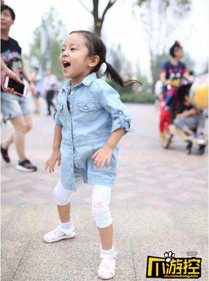 网曝李小璐带甜馨游迪士尼乐园 甜馨遭众人围观黑脸.jpg
