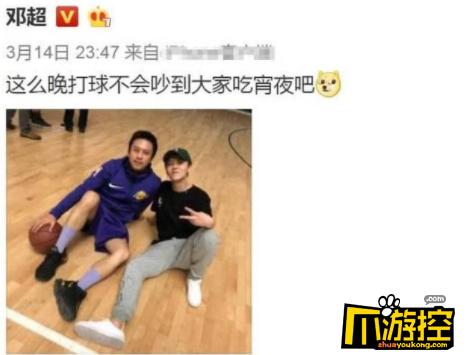 邓超鹿晗父子档深夜打球 超哥骚气老头袜引人注目