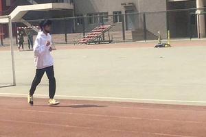 王俊凯回校体测被偶遇 操场跑步帅气十足