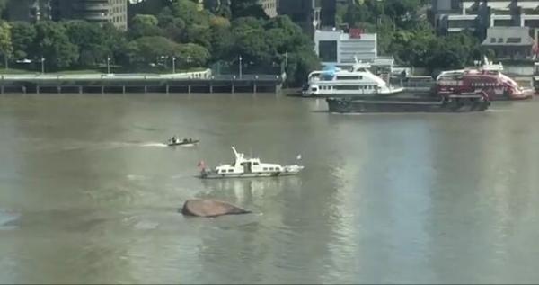 黄浦江上一船翻扣:原因未明