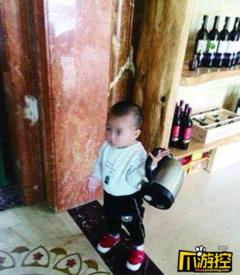 两岁男童迷烧水壶 吃喝拉撒不离手