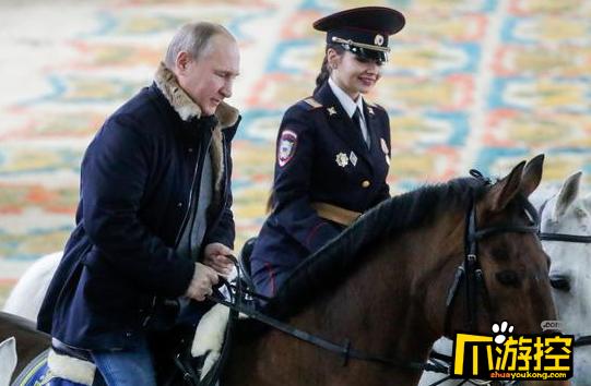 妇女节前夕普京同女警骑马 硬汉也有温柔的一面