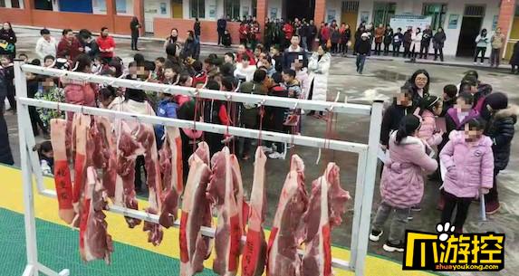 学校给学生发猪肉,成绩优秀的背30斤回家