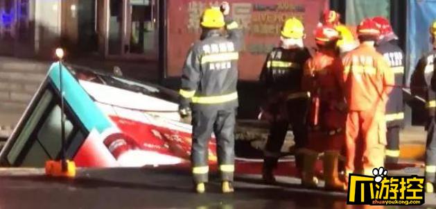 西宁路面坍塌失联人数升至10人,事故发现6具遇难者遗体