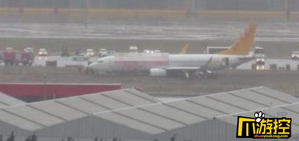 波音客机滑出跑道机身起火断成三截