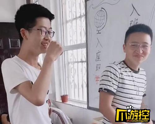 两男生吵架被老师罚牵手