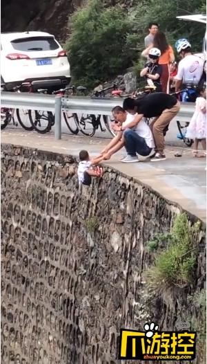 官方回应小孩被挂峭壁上拍照